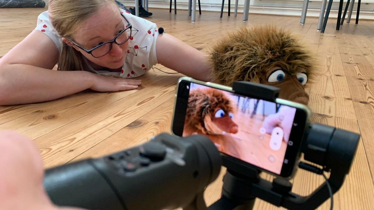 Jenny Hähnel (KSB Wittmund) und Bürste bei den Dreharbeiten zum Video